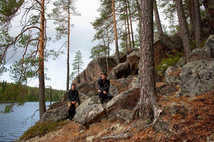 IC-98 eli Visa Suonpää ja Patrik Söderlund Kuivajärven rantakalliolla syksyllä 2019. Kuva: Ulla Taipale, 2019