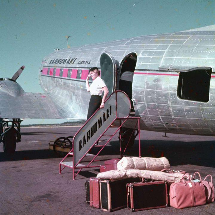 Lentomatkailu yleistyi Suomessa 1950-luvulla. Ilmailumuseon julkaisemat uudet arkistokuvat valottavat matkailun historiaa. Kuvan käyttöoikeus: CC BY-NC-ND 4.0