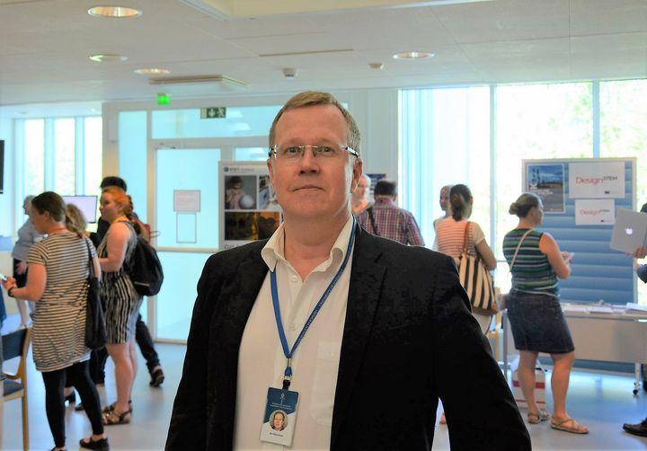 Jyväskylän yliopiston kemian kiertotalouden professori Ari Väisänen sanoo, että kemialla on keskeinen rooli globaalien ympäristöongelmien ratkaisussa. Kuva: Jyväskylän yliopisto