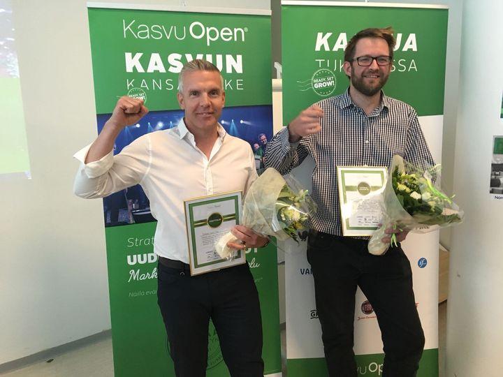 Kuvassa (vasemmalla) voittajaksi valittu Notkee.comin Karri Naakka ja kunniamainittu Trictonin Pasi Rantanen.