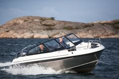 The more than 6-metre-long Yamarin Cross 62 Bow Rider combines an aluminium hull with a GRP deck. It offers good space for seven