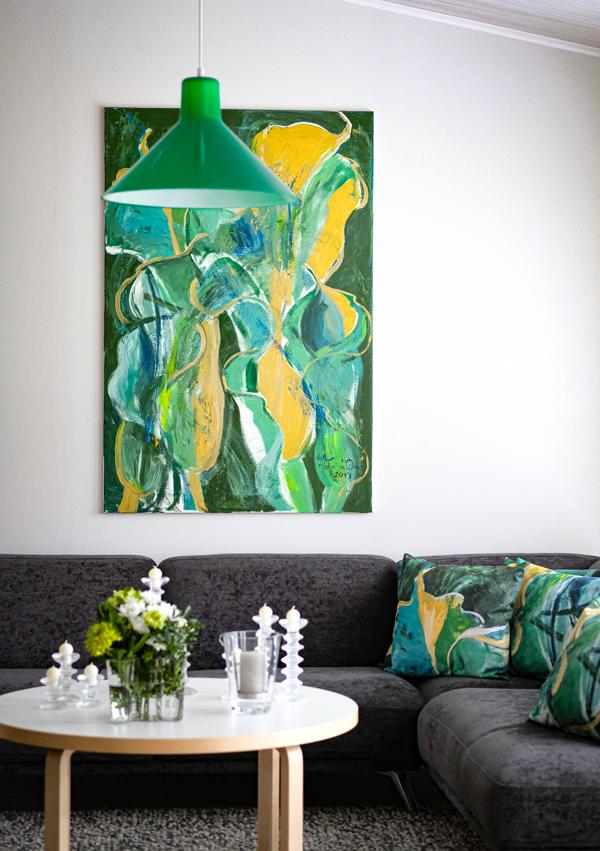 Koti on täynnä taidetta, Johanna Oraksen upeat taidetyynyt täydentävät olohuoneen