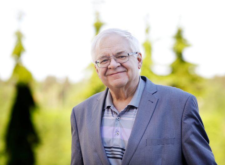 Soveltavan kemian professorin Raimo Alénin tekninen ja tieteellinen työ palkittiin puunjalostusinsinöörien tunnustuspalkinnolla. Kuva: Petteri Kivimäki