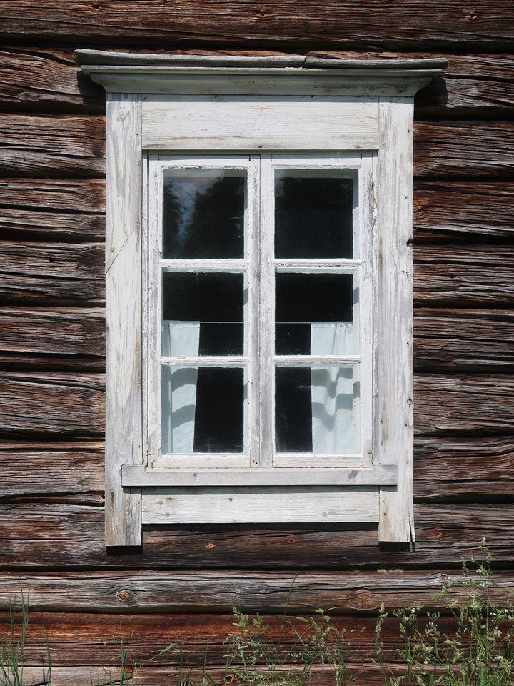 Vanha ikkuna Sissolassa, Ilomantsissa. Kuva: Pekka Piiparinen / Pohjois-Karjalan ELY-keskus.