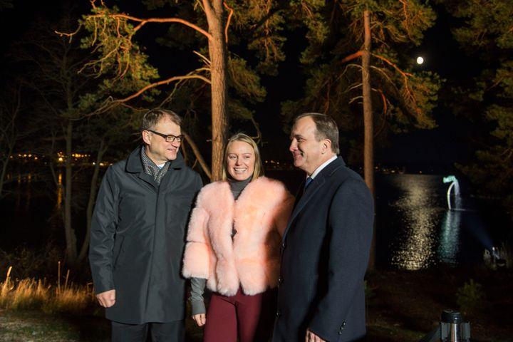 Pääministerit Juha Sipilä ja Stefan Löfven. Keskellä: Anna Uddenberg.