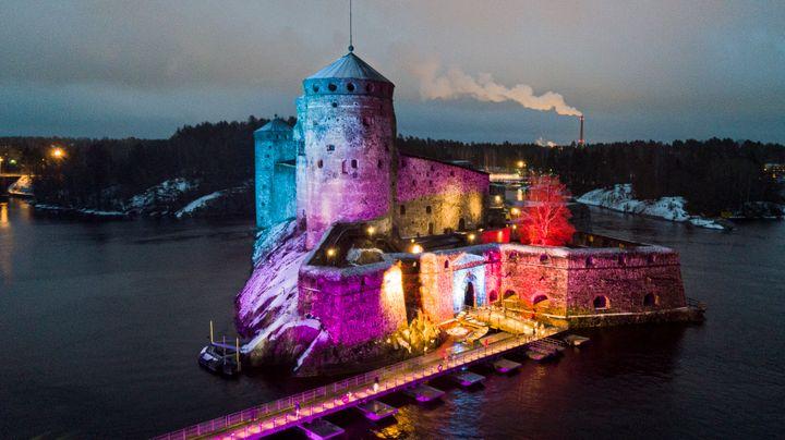 Olavinlinna hehkuu juhlavalaistuna 3.-13. joulukuuta. Kuva: Aleksi Mustonen / Museovirasto