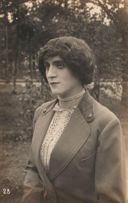 Tuntematon esiintyjä, valokuva ensimmäisen maailmansodan ranskalaisten sotavankien teatteriesityksestä Saksassa 1914─1918. Yksityiskokoelma.
