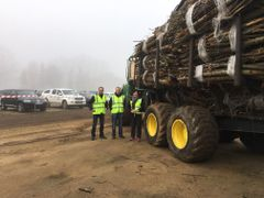 Fixteri is effective also in Catalonia. In the photo Ms Minna Lappalainen and Mr Juha Tapanen from Fixteri and Mr Vesa Kärkkäinen from Forest-Linna, which operates the bundle in Catalonia. Photo: Fixteri Group Oy