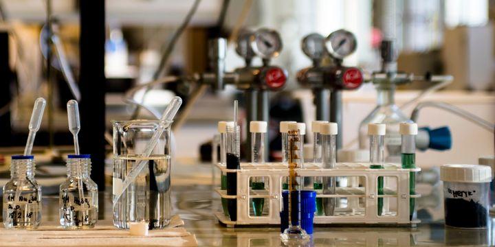 NiMH-akkujätettä ja harvinaisten maametallien talteen ottamiseen käytettyjä kemikaaleja. Kuva: Glen Forde, Aalto-yliopisto