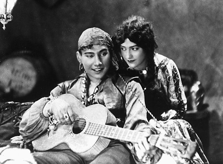 Romanttinen ja eksoottinen Mustalaishurmaaja (1929) oli 18-vuotiaan Valentin Vaalan esikoisohjaus. Kuva: KAVI.