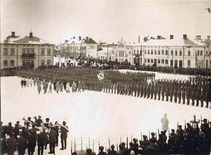 Jääkäripataljoona 27:n viimeinen yhteinen paraati Vaasan torilla 26.2.1918. Ylipäällikkö kenraali Mannerheim tarkastaa pataljoonan.