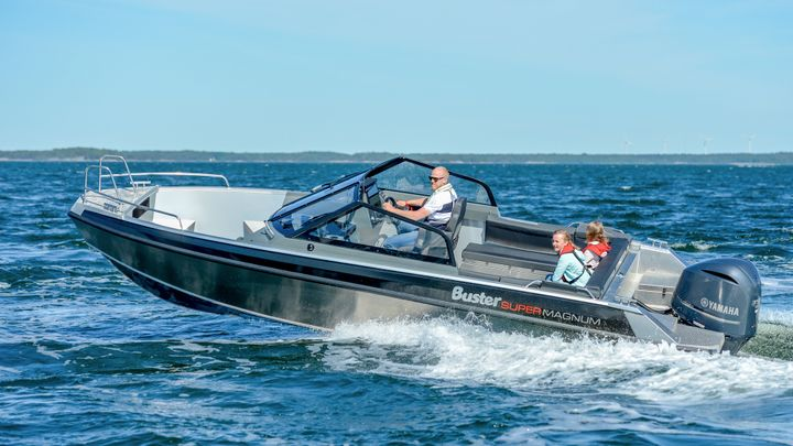 The new SuperMagnum replaces two models in the range: its predecessor from 2013 and also the Magnum M5. The robust and impressive appearance of these seaworthy boats clearly bears resemblance to the Buster Phantom, a new 10-metre boat at the top of the model range.