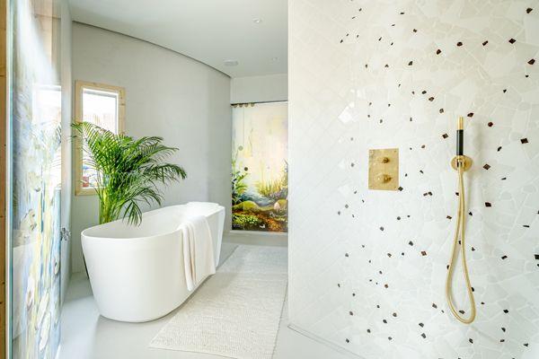 Pyörteen spa-osastolla suihkuseinästä löytyy kierrätettyjen laattojen mosaiikki