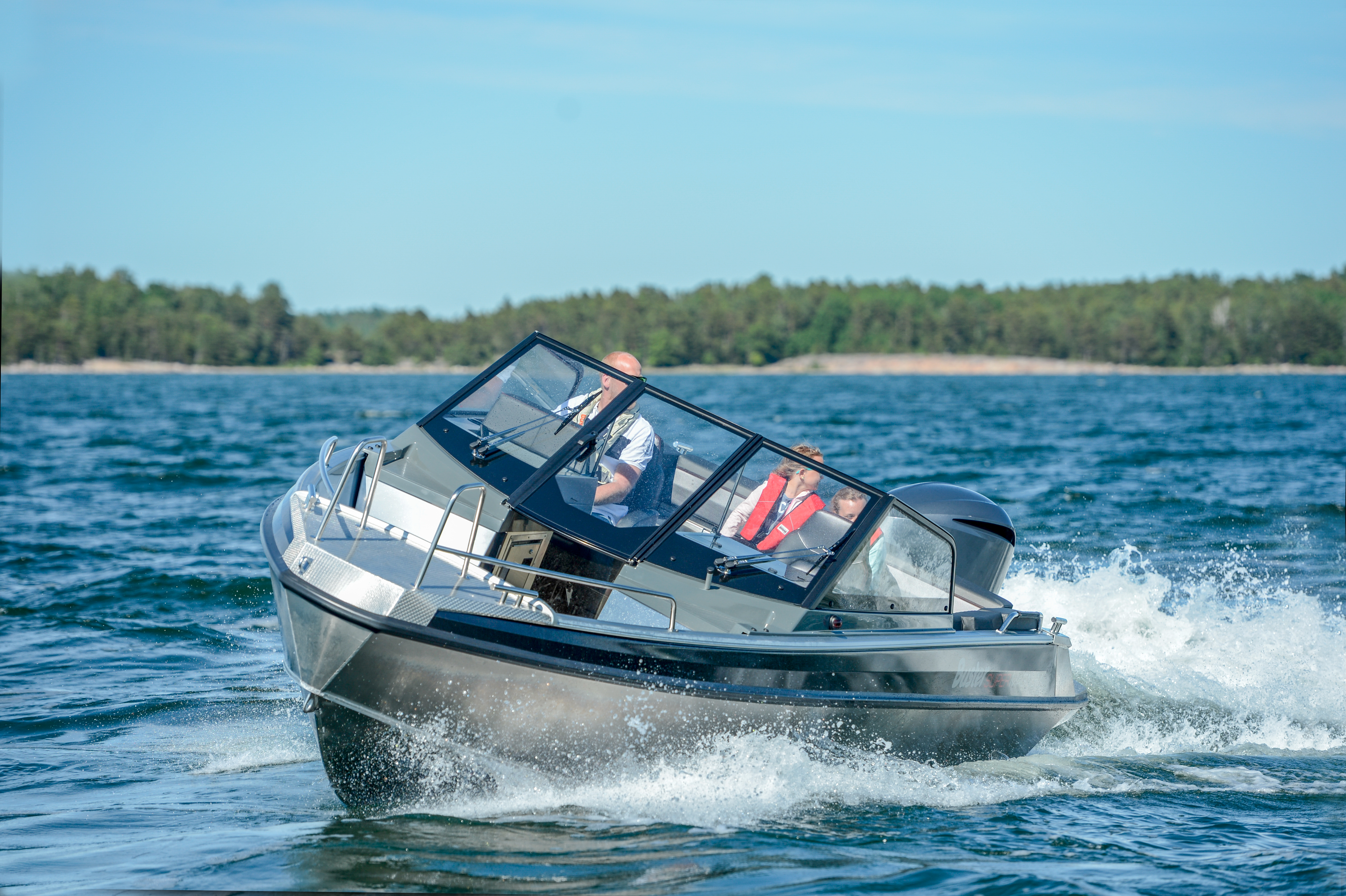 The family of large and fast Buster Magnum open boats expands with