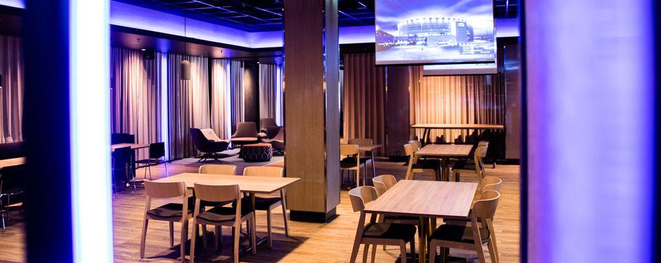 Muuntautuva Platinum palvelee sekä tapahtumissa että tilauksesta. Jopa 600 henkeä sopii illastamaan kerrallaan ravintolaan, joka sijaitsee alakatsomotasolla, kentän viihteen ja spektaakkelien ytimessä.
