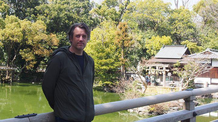 Timo Särkkä Kioton keisarillisen palatsin puistossa maaliskuussa 2020. Kuva: Pia Tolvanen