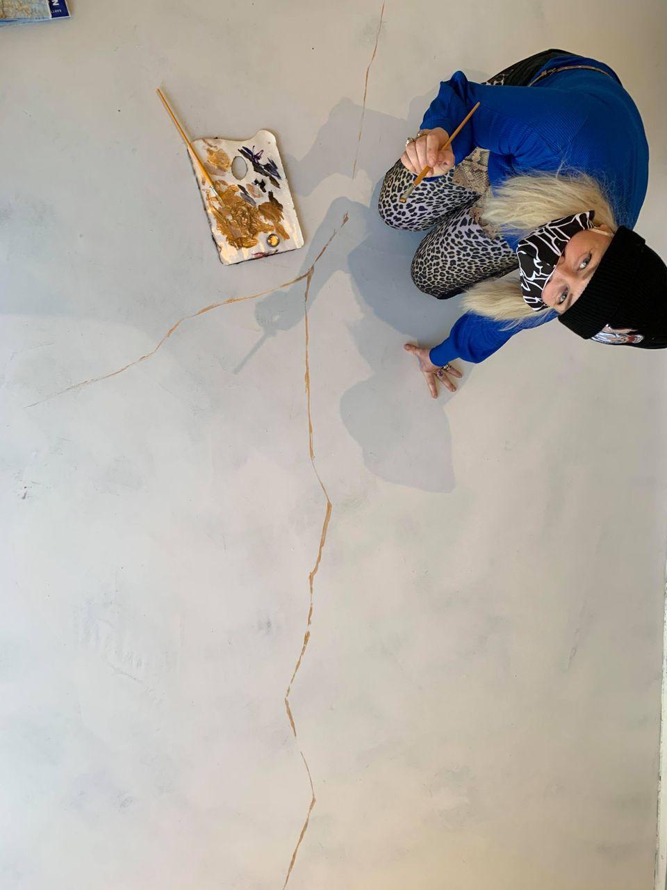Taiteilija Johanna Oras luo Pyörre-talon lattiaan kestävää kulttuuria