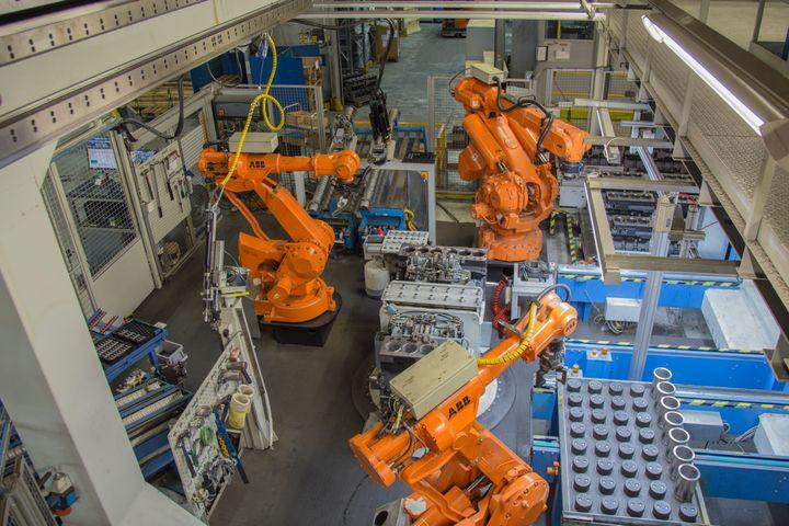AGCO Powerin robotisoitu moottoreiden alkukokoonpano.