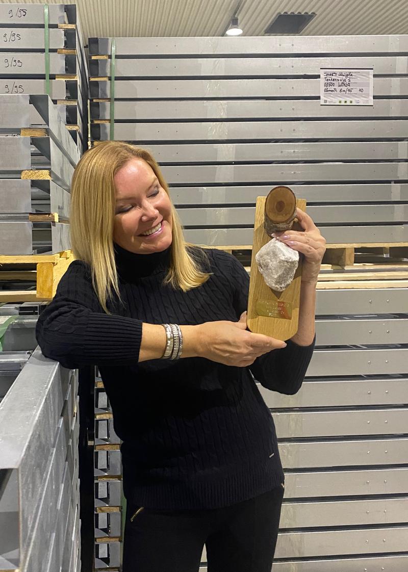 Aulis Lundell Oy:n toimitusjohtaja Leena Lundell ja Lohjan Nuorkauppakamarin Kivi kovalle yrittäjälle -palkinto