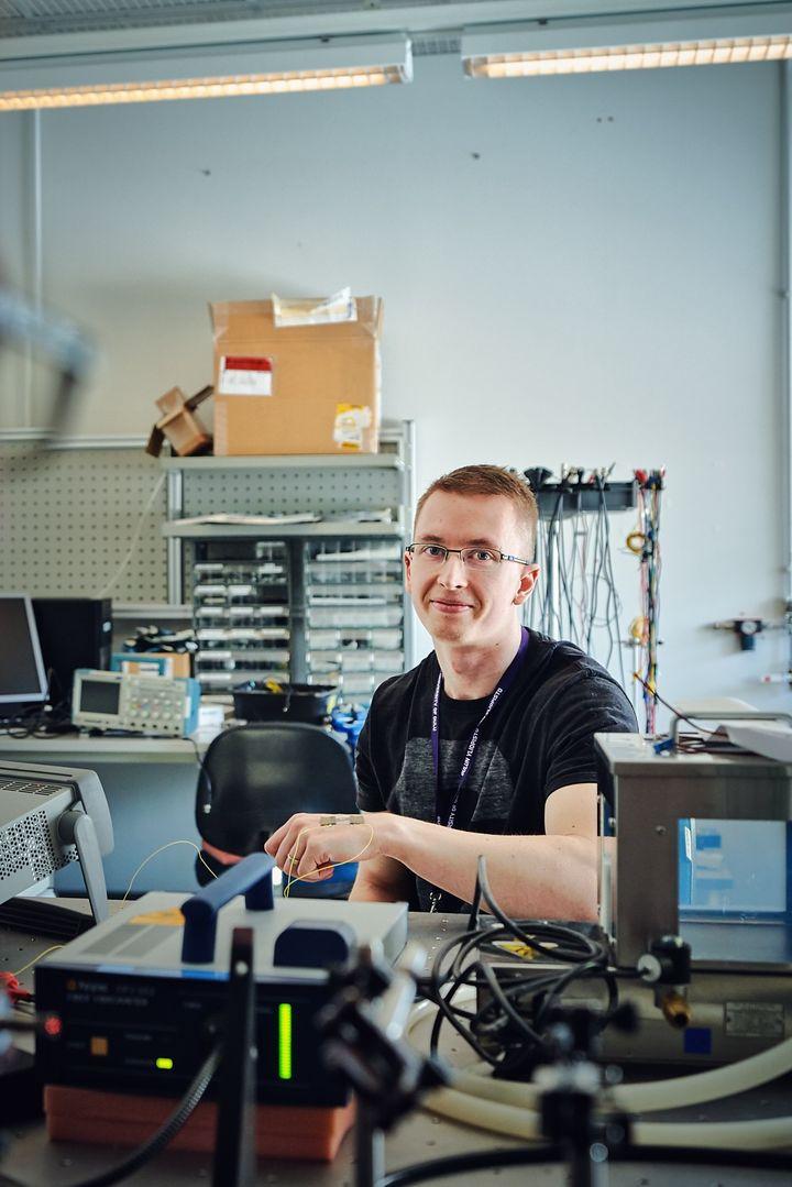 Jarkko Tolvanen tutki anturi- ja kytkinsovelluksia joustavan ja venytettävän elektroniikan materiaaleille